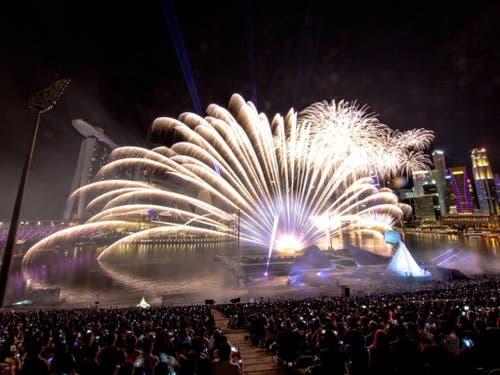 Grosses Feuerwerk vor grossem Publikum (Bild: Keystone/EPA/WALLACE WOON)