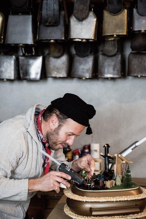 Martin Holderegger gibt dem Chlausenhut den letzten Schliff. (Bild: Mareyecke Frehner)