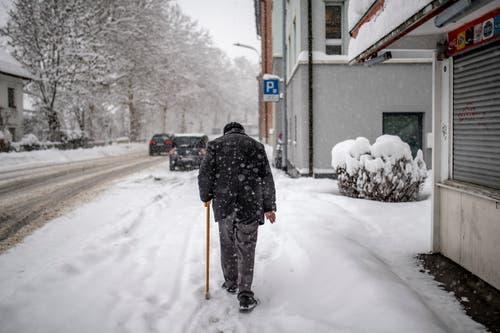 Ein Spaziergänger unterwegs im Schneegestöber im St.Otmar-Quartier. (Bild: Benjamin Manser - 10. Januar 2019)