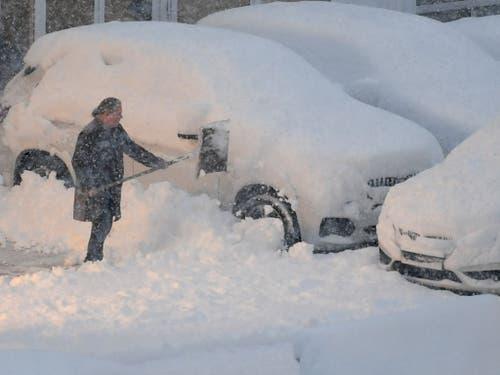Die Schneeberge türmen sich und verschlucken so manches Auto. (Bild: KEYSTONE/APA/APA/BARBARA GINDL)