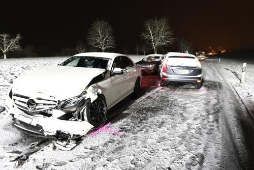 Rothenburg - 9. JanuarAuf der Bertiswilstrasse in Rothenburg ist es zu einem Verkehrsunfall gekommen. Beteiligt waren drei Autos. Zwei Autofahrer wurden beim Unfall verletzt und durch den Rettungsdienst ins Spital gefahren. (Bild: Luzerner Polizei)