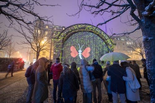 """Die Lichtprojektion """"«Shake it»"""" von Francois Chaletin am Musikpavillon. (Bild: Urs Flüeler / Keystone (Luzern, 9. Januar 2019))"""