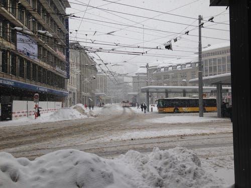 Der verschneite Bahnhofplatz am Donnerstagnachmittag. (Bild: Reto Voneschen - 10. Januar 2019)