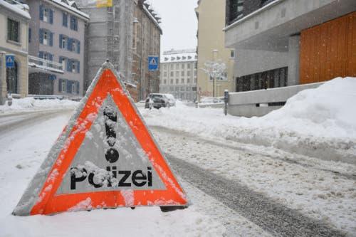Warndreieck der Stadtpolizei an der Lämmlisbrunnenstrasse, die zeitweise nach einem Unfall am Spisertor blockiert war. (Bild: Stadtpolizei St.Gallen - 10. Januar 2019)