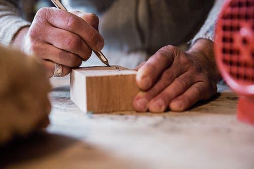 Am Anfang jeder Schnitzarbeit steht ein Holzklotz. (Bild: Mareyecke Frehner)