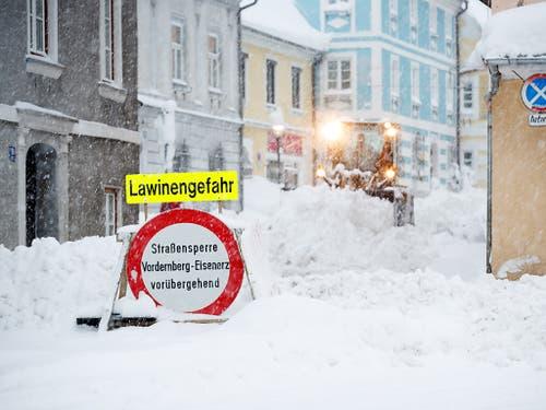 Es herrscht weiterhin grosse Lawinengefahr. (Bild: KEYSTONE/APA/APA/ERWIN SCHERIAU)