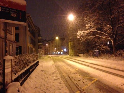 So fing's in der Nacht von Mittwoch auf Donnerstag an: Auf der Fürstenlandstrasse bei der VBSG-Haltestelle Vonwil...