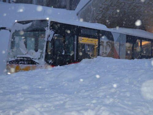 Auch ein Postauto ist von der Lawine auf der Schwägalp erfasst worden. (Bild: Kapo AR)