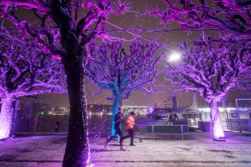 Eine Lichtprojektion am Schweizerhofquai bei Schneefall. (Bild: Urs Flüeler / Keystone (Luzern, 9. Januar 2019)
