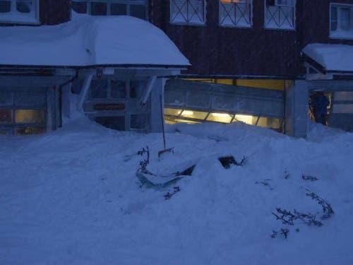 Die Schneemassen der Lawine drangen ins Hotel Säntis auf der Schwägalp ein. (Bild: Kapo AR)