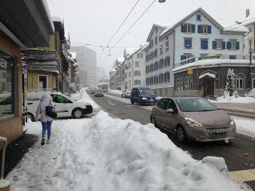 Dank der Bemühungen der Schneeräumung ist die Zürcher Strasse am Donnerstagmorgen schwarz geräumt, dank Pflutsch aber immer noch ziemlich rutschig. (Bild: Reto Voneschen - 10. Januar 2019)