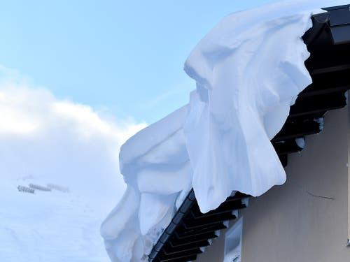 Vom Wind gepresster Schnee auf einem Dach im österreichischen Obertauern. (Bild: KEYSTONE/APA/APA/BARBARA GINDL)