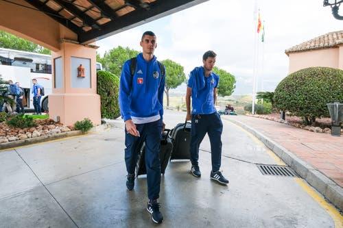 Lazar Cirkovic (links) und Shkelqim Demhasaj bei der Ankunft im Hotel. (Bild: Martin Meienberger, 11. Januar 2019)