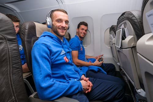 "Christian Schneuwly (links) und Shkelqim Demhasaj lachen ""on board"". (Bild: Martin Meienberger, 11. Januar 2019)"