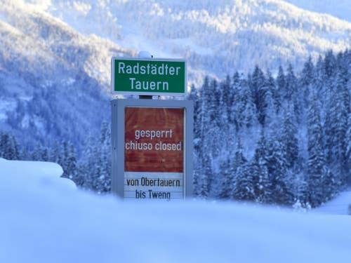 Kein Durchkommen nach den schweren Schneefällen der letzten Tage: Die Anzeige der Radstädter Tauern-Sperre in Österreich. (Bild: KEYSTONE/APA/APA/BARBARA GINDL)