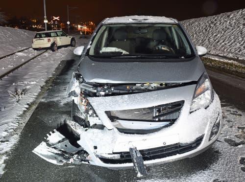 Hochdorf - 10. JanuarAuf der Luzernstrasse in Hochdorf ist es zu einer Kollision zwischen zwei Autos gekommen. Eine Person wurde dabei leicht verletzt. Ein Fahrzeug kam auf dem Bahntrassee zum Stillstand und blockierte den Zugverkehr zwischen Luzern und Lenzburg. (Bild: Luzerner Polizei)