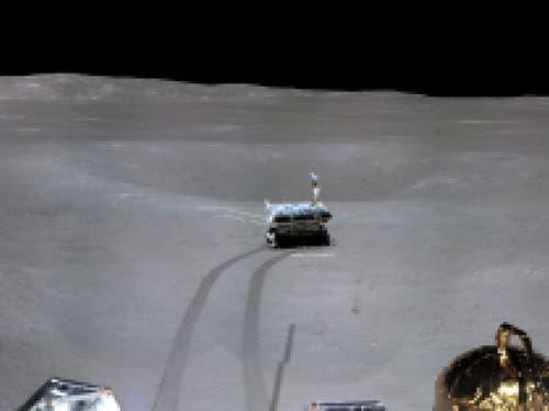 Auf dem ersten Panoramabild der chinesischen Raumfahrtmission auf der erdabgewandten Mondseite sind die graue Mondlandschaft und die Spuren des Mondgefährts «Yutu-2» zu sehen. (Bild: KEYSTONE/EPA CNSA/CNSA HANDOUT)