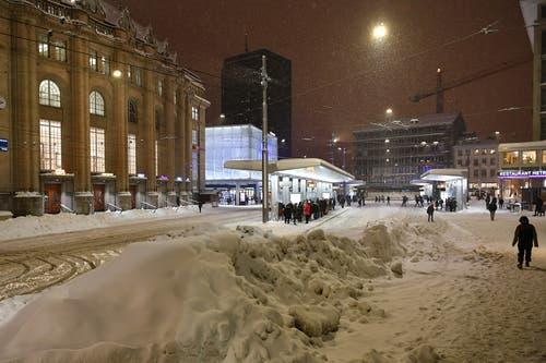 Schneetreiben auf dem Bahnhofplatz. (Leserbild: Urs Siegwart - 10. Januar 2019)