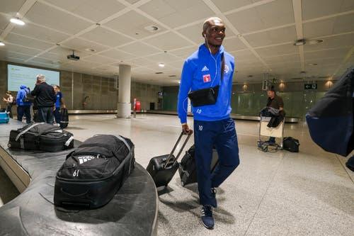 Der FCL ist gut in Spanien angekommen – hier Blessing Eleke mit seinem Gepäck. (Bild: Martin Meienberger, 11. Januar 2019)
