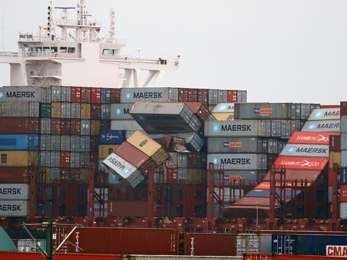 Das Containerschiff hat am 2. Januar bei stürmischer See fast 300 Container verloren. (Bild: KEYSTONE/EPA/FOCKE STRANGMANN)
