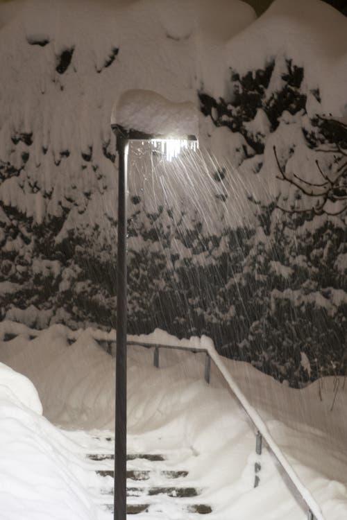Gut beleuchtete Schneemassen am Speichersteig. (Leserbild: Franz Häusler - 10. Januar 2019)