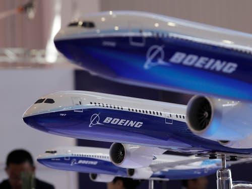 Die Flugzeugbauer Boeing und Embraer rechnen nach postiven Signalen der brasilianischen Regierung mit einem Zusammenschluss noch im laufenden Jahr. (Bild: KEYSTONE/AP/KIN CHEUNG)