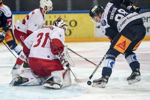 Torhüter Sandro Zurkirchen (Lausanne) gegen Sven Senteler (Zug). (Bild: Daniela Frutiger/Freshfocus)
