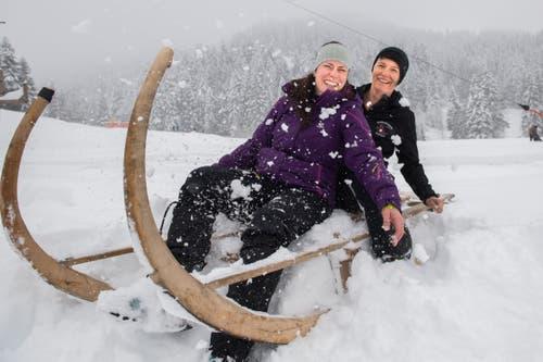 Das Rennen in der Frauen-Kategorie machten schliesslich Stefanie Küttel (links) und Fränzi Tschümperlin. (Bild: Eveline Beerkircher (Sattel, 12. Januar 2019))