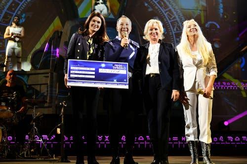 Miriam und Mauritia Mack freuen sich über einen Scheck in Höhe von 15 000 Euro. (Bild: Michael Diehl, PD)