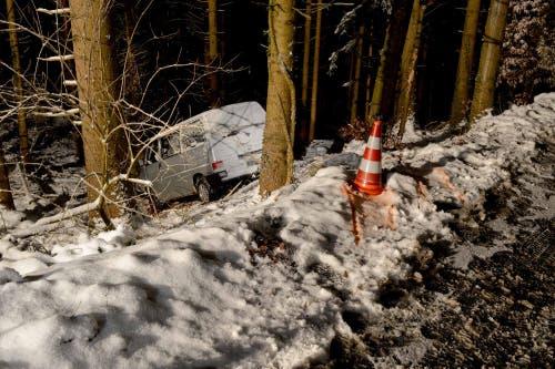 Ennetmoos - 11. JanuarAuf der Mueterschwandenbergstrasse in Ennetmoos ereignete sich ein Selbstunfall. Ein Auto kam von der schneebedeckten Fahrbahn ab. Die Lenkerin blieb unverletzt. (Bild: Kantonspolizei Nidwalden)