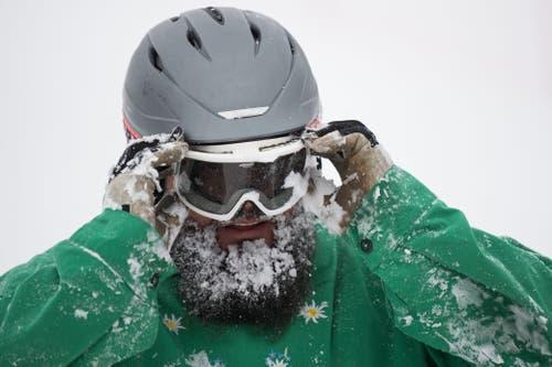 Der Neuschnee wirbelte bei der Abfahrt wild durch die Luft. (Bild: Eveline Beerkircher (Sattel, 12. Januar 2019))