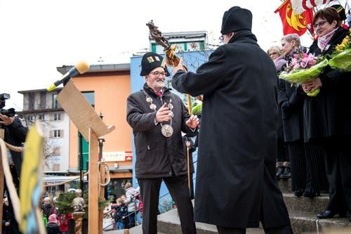 Zepterübergabe durch Zunftmeister Samuele Donatelli an den neuen Gallivater René Flad. (Bild: Roger Grütter, Kriens, 12. Januar 2018)