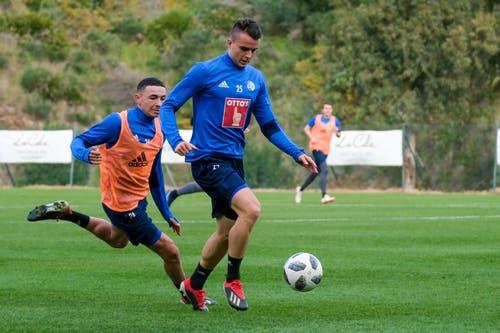 Ruben Vargas will Yannick Schmid den Ball abluchsen. (Bild: Martin Meienberger, 11. Januar 2019)
