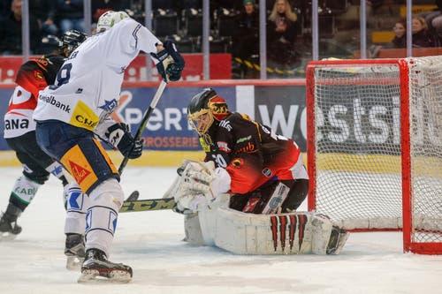 Ein Zuger Angriff wird von Berns Torhüter Leonardo Genoni gestoppt. (Bild: Marc Schumacher/freshfocus (Bern, 12.01.2019))