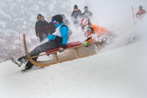 29. Nationales Horämänelrennen: Hier die Männer-Gruppe mit der Startnummer 27 Roli Deck und Manuel Deck, die den Berg hinunterrasen. (Bild: Eveline Beerkircher (Sattel, 12. Januar 2019))