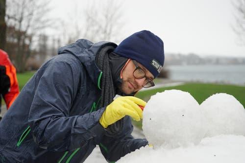 Fingerspitzengefühl beim Bau der Kunstwerke aus Schnee.