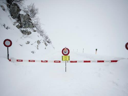 Die Strasse zwischen Andermatt und Realp im Kanton Uri ist wegen einer Lawine bis auf weiteres gesperrt. (Bild: KEYSTONE/URS FLUEELER)
