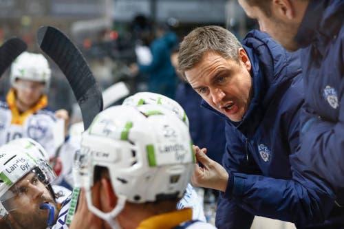Zug-Trainer Dan Tangnes gibt seinen Spielern Anweisungen. Bild: Peter Klaunzer / Keystone (Bern, 12. Januar 2019)