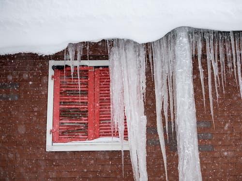 Schneegestöber und Eiszapfen in Andermatt. (Bild: KEYSTONE/EPA KEYSTONE/URS FLUEELER)
