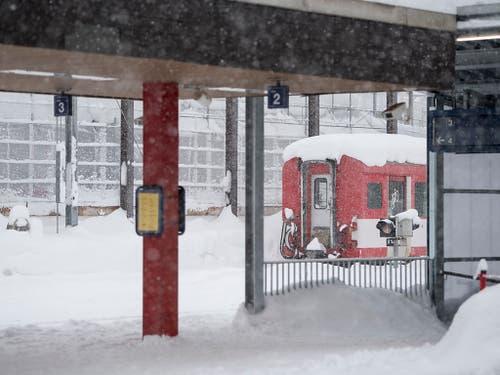 Ein Zug steht im Bahnhof von Andermatt während den heftigen Schneefällen am Sonntag. (Bild: KEYSTONE/URS FLUEELER)