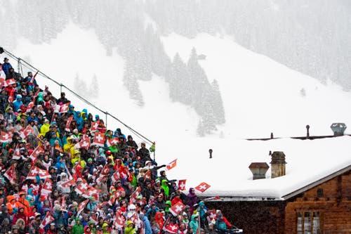 FIS Adelboden: Das Publikum feiert trotz schlechtem Wetter mit. (Bild: Keystone/Jean-Christophe Bott (13. Januar 2019))
