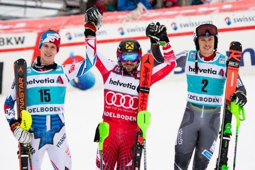 Die Gewinner des Slaloms von Adelboden jubeln nach dem zweisten Lauf. Von links: der Zweitplatzierte Clement Noel (FR), der Sieger Marcel Hirscher (AUT) und Henrik Kristoffersen (NOR) auf dem dritten Platz. (Bild: Keystone/Jean-Christophe Bott (13. Januar 2019))