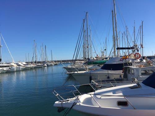 Das Meer liegt vom Luzerner Trainingslager-Hotel zirka 15 Kilometer entfernt. Hier der Segelboote-Hafen von Fuengirola. (Bild: Daniel Wyrsch (13. Januar 2019))