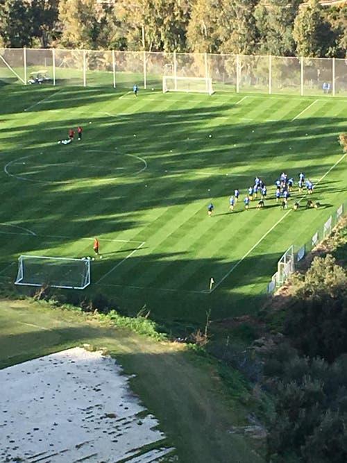 Die Mannschaft beim Training auf dem eigenen Fussballplatz etwas unterhalb des Hotels. (Bild: Daniel Wyrsch (13. Januar 2019))