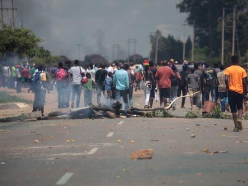 Bei Protesten wegen Benzinpreiserhöhungen ist es am Montag in Simbabwe zu Ausschreitungen gekommen. (Bild: KEYSTONE/EPA/AARON UFUMELI)