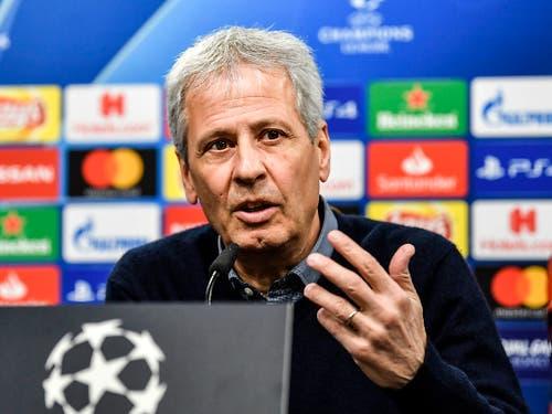 Nach jedem Match warten die Journalisten auf die Meinung des Fussballprofessors Lucien Favre (Bild: KEYSTONE/AP/MARTIN MEISSNER)
