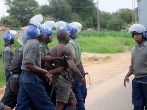 Sicherheitskräfte in Simbabwe haben am Montag versucht, die Lage nach Ausschreitungen in den Griff zu bekommen. (Bild: KEYSTONE/EPA/AARON UFUMELI)