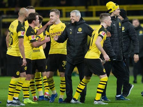 Wieder ein Sieg! Lucien Favre freut sich mit seinen Spielern (Bild: KEYSTONE/dpa/BERND THISSEN)