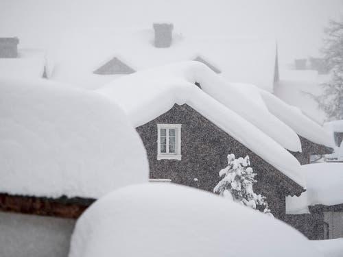 Andermatt ist eingeschneit. In den Schweizer Alpen herrscht wegen des vielen Schnees teilweise sehr grosse Lawinengefahr. (Bild: KEYSTONE/URS FLUEELER)