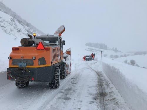 Realp - 13. JanuarEine Lawine hat vier Autos verschüttet. Die Insassen konnten die Fahrzeuge selbstständig verlassen. Es gab keine Verletzten. (Bild: Kantonspolizei Uri)